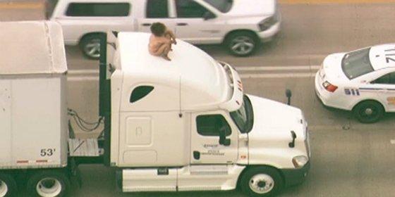 La chiflada que colapsa el tráfico bailando desnuda sobre un camión