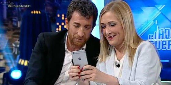 SMS a Rajoy y cachondeo contra el PSOE: Cristina Cifuentes demuestra el animal mediático que es en 'El Hormiguero'
