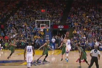 [VÍDEO] Otra proeza de Stephen Curry: se marca un triple desde el centro de la cancha sobre la bocina