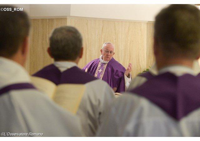 """Francisco: """"Jesús se aniquila por amor y vence el mal"""""""