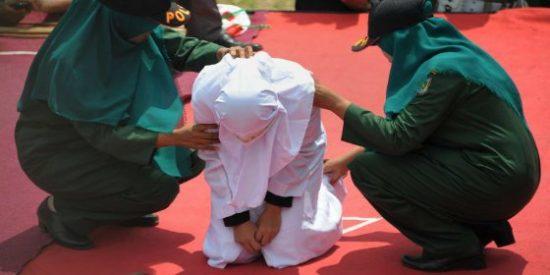Los islamistas la azotan en público por tener una cita con un hombre