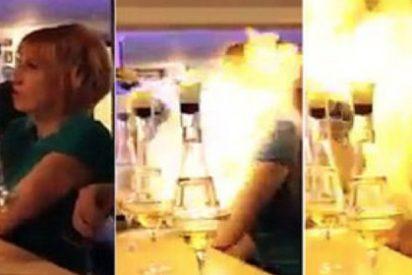 [VÍDEO] El camarero quema viva a la rubia por culpa de una pajita