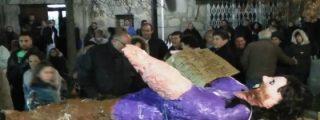 Así apedrean al pelele de Pablo Iglesias en Robledo tras ser elegido Judas del año