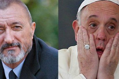 """Arturo Pérez-Reverte le da lo suyo en Twitter también al Papa Francisco: """"Todo arreglado hasta el año que viene"""""""