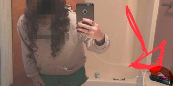 La despistada niñata manda un selfie a sus padres por WhatsApp... ¡y se le 'cuelan' dos consoladores!