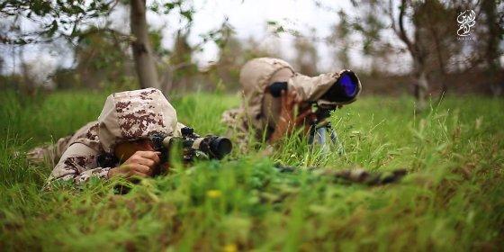 [VÍDEO] Con esta precisión 'cosechan' cabezas los francotiradores del ISIS