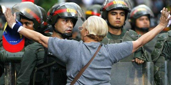 Las tres vías de la oposición venezolana por donde 'descarrilará' Nicolás Maduro
