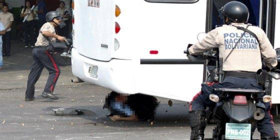 Así aplasta un autobús a dos policías durante una protesta estudiantil en Venezuela