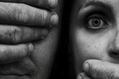 El marroquí que tiró del coche a su mujer embarazada sale del juzgado de la mano de la víctima