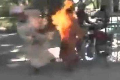 [VÍDEO] Se quema vivo en mitad de la calle al explotarle su teléfono móvil