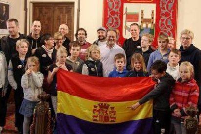 El alcalde de Zamora (IU) agasaja turistas en el Ayuntamiento con la ilegal bandera republicana