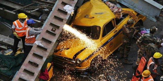 El momento en que un paso elevado se derrumba en India: 18 muertos