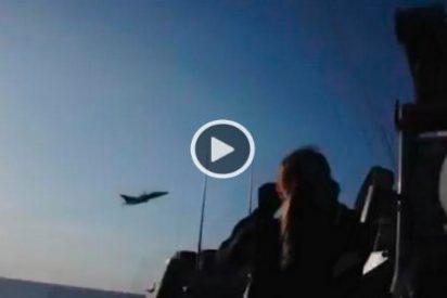 Así se lanzan dos aviones rusos Sukhoi Su-24 sobre un destructor de EEUU