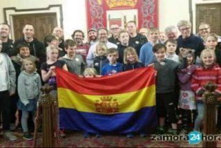 El Alcalde de Zamora se envuelve en la bandera Republicana en un acto oficial
