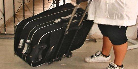 Detienen a una abuela por llevar a su nieto de dos años en una maleta