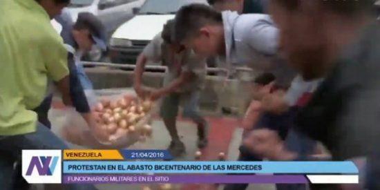 La llorosa pelea de unos penitentes chavistas... ¡por un saco de cebollas!
