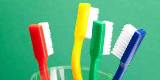 Extraen 18 cepillos de dientes y un sacacorchos del estómago de un paciente