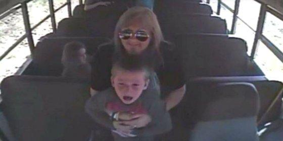 [VÍDEO] La chófer del bus salva a un niño de ahogarse con una moneda
