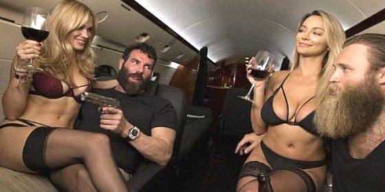 Las salvajes orgías con modelos porno en el avión de prensa de Hillary Clinton