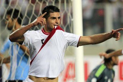El futbolista peruano que ya no sabe cómo decirle al Valencia que lo fiche