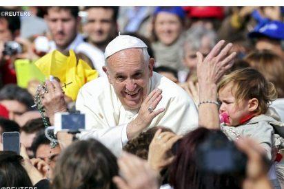 """Francisco dio un """"significativo abrazo"""" a un grupo de exprostitutas y transexuales"""