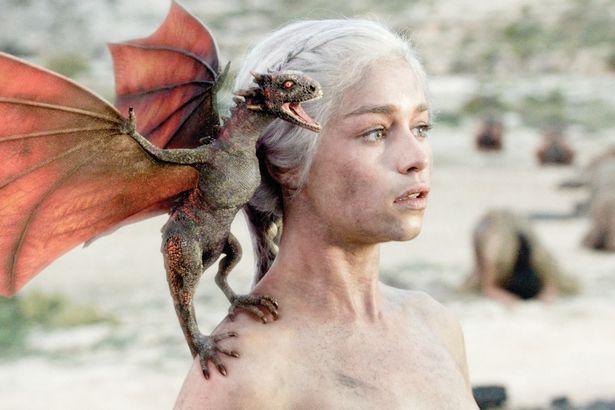 Emilia Clarke Tuvo Que Emborracharse Para Posar Desnuda En Juego De