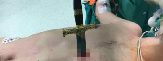 [VÍDEO] Se clava una espada medieval junto al corazón en una tienda de antigüedades