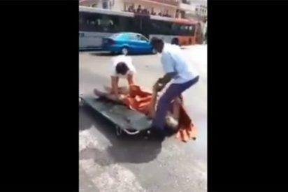 [VÍDEO] El cadáver que se cae del coche fúnebre en una calle cubana