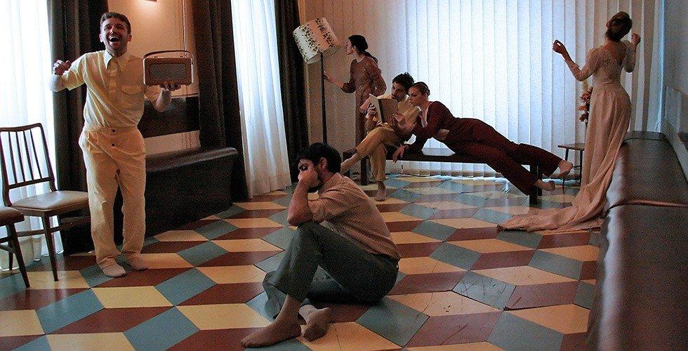 'Home', bailando en casa