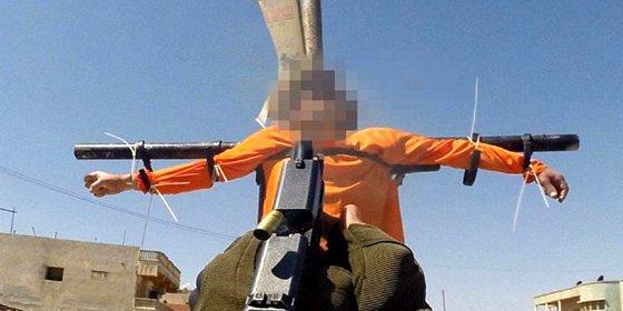 La crucifixión de dos espías a manos del ISIS... con una cámara en el arma