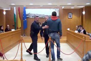 [VÍDEO] Tremenda enganchada en el Ayuntamiento entre un feroz concejal de IU y uno del PSOE
