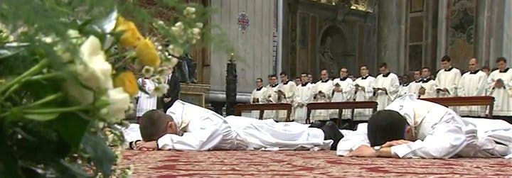 """El Papa a los ordenados sacerdotes: """"Os pido, en nombre de la Iglesia, que seáis misericordiosos, muy misericordiosos"""""""
