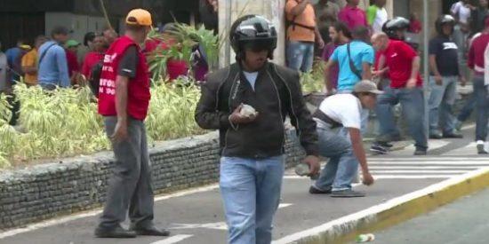 Las pedradas chavistas a los opositores que quieren darle la patada a Maduro