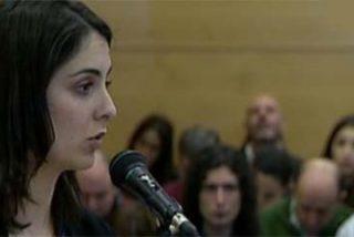 """La 'asalta capillas' Rita Maestre trata de amordazar a una periodista y acaba pegándosela: """"Usted ha mentido"""""""