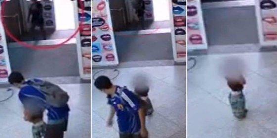 Así abandonan unos padres a su hijo de 2 años en un centro comercial