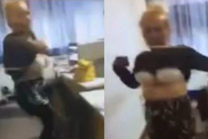 El vídeo del extraño 'striptease' de una chalada maestra en plena clase