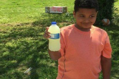 El inocente niño que vende limonada para pagar su propia adopción