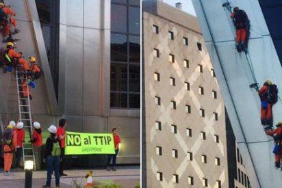 Greenpeace se cuelga de las Torres Kio de Madrid en protesta contra el TTIP