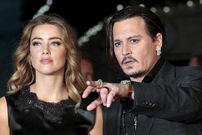 Amber Heard dice que Johnny Depp la pega y solicita una orden de alejamiento contra el actor