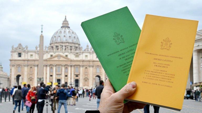 """Voces disonantes, """"echadas al monte"""" de la crítica al Papa"""