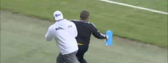 [VÍDEO] A este árbitro borracho al que sacan a rastras le importa todo un pito