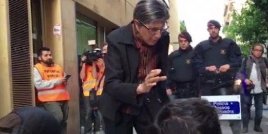[VÍDEO] Así pone la abuela un bozal a los perroflautas okupas del barrio de Gràcia