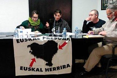 La independentista CUP planta una bandera proetarra en un Ayuntamiento catalán