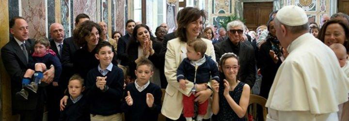 """El Papa clama por """"una Iglesia que camina para buscar, encontrar, compartir y detenerse ante las personas más pobres"""""""