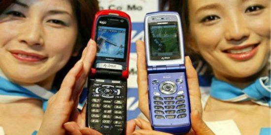 ¿Por qué los famosos vueven a usar los viejos teléfonos con tapa?