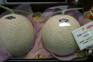 Pagan por dos melones un precio récord de 24.500 euros en una subasta en Japón