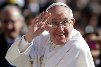 El papa Francisco saluda a Paraguay