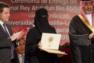 La foto de la vergüenza para García-Page: premiando a una mujer a la que solo se le ven los ojos
