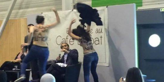 Así le restriegan las tetas por la cara al famoso musulmán las locas de Femen