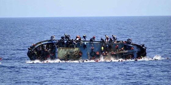 El impresionante naufragio de una barcaza con 500 inmigrantes en el Canal de Sicilia